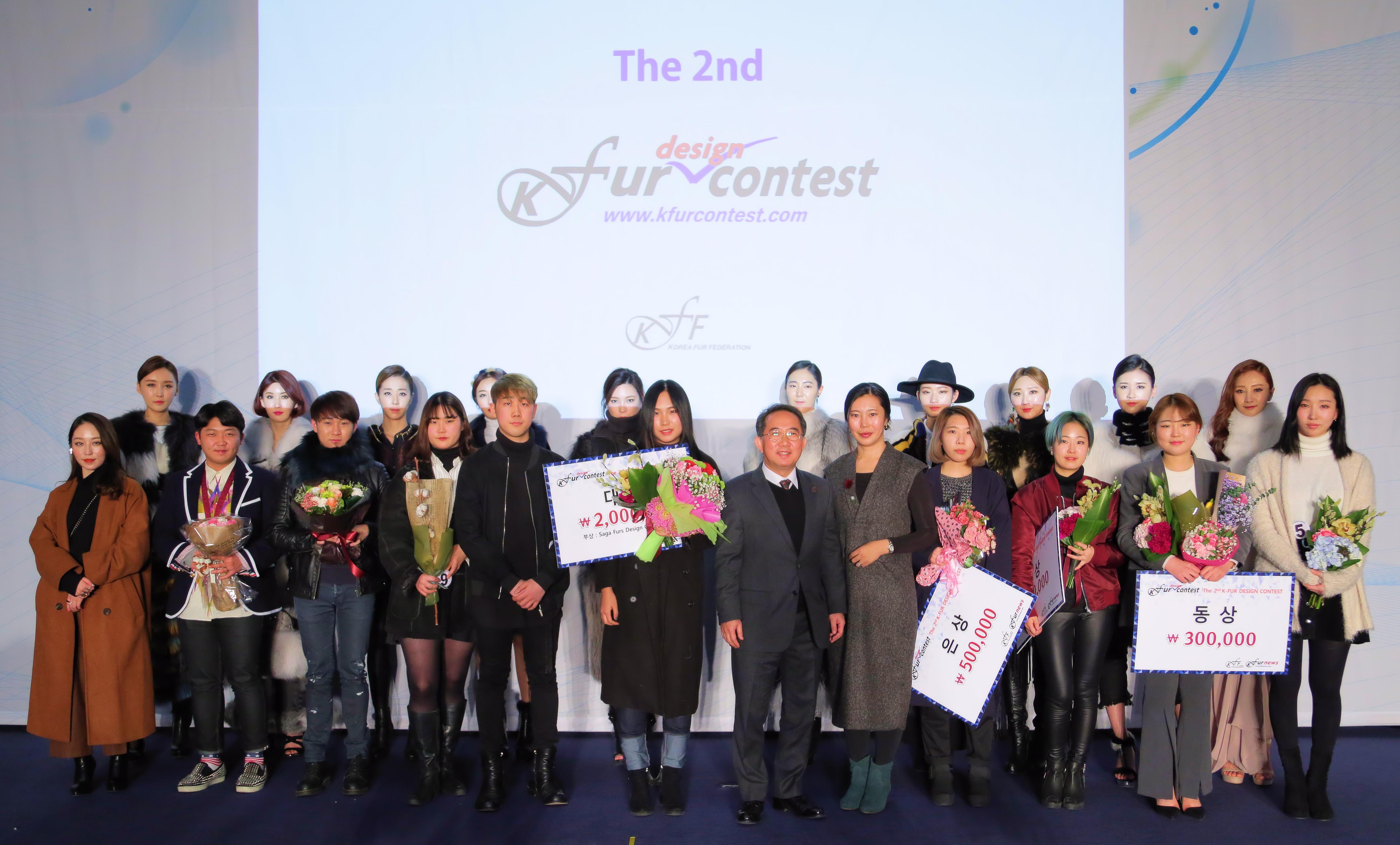 지난 19일 서울 양재동 aT센터에서 열린 '제2회 케이퍼 디자인 콘테스트'에서 신주영(앞줄 왼쪽에서 여섯 번째)씨가 영예의 대상을 수상했다.